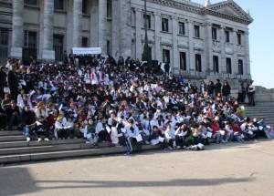 Legisladores, niños y niñas cantan por sus derechos